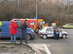 ETREMBIERES (HAUTE-SAVOIE):Un policier municipal blessé dans un choc avec une camionnette le-choc-est-survenu-a-l-arriere-de-la-voiture-de-police-municipale-souffrant-a-l-epaule-et-au-cou-300x225